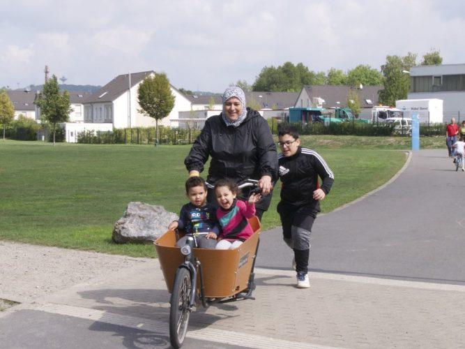 Lastenrad mit Familie auf der Trasse
